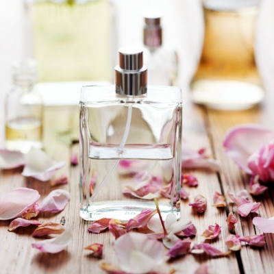 How to create your own wedding perfume using flowers