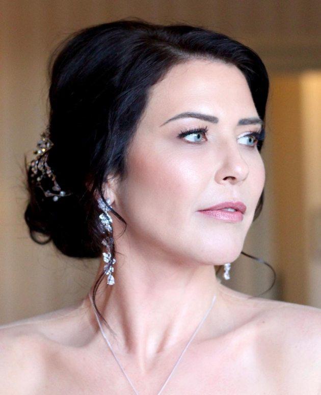 Brunette bride with natural make-up look